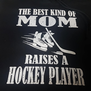The best kinda mom raises a hockey player hoodie